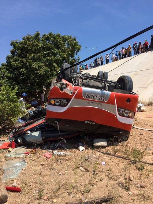 Xe ô tô chở du khách nước ngoài gặp nạn, nhiều người nhập viện cấp cứu - Ảnh 2