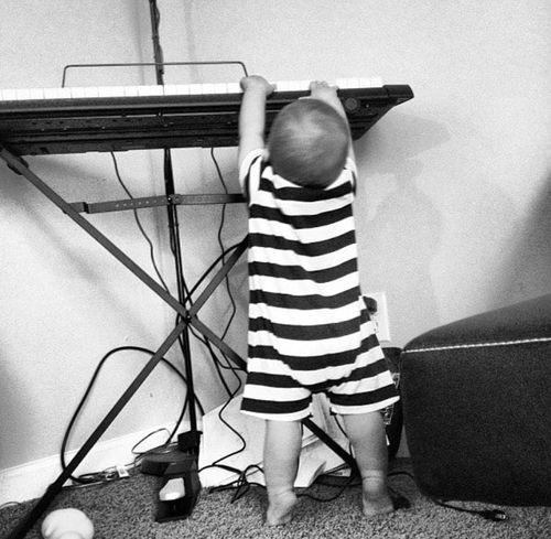 11 tháng tuổi, cậu bé mù đã biết tự đánh piano, 6 tuổi trình diễn trước công chúng - Ảnh 1