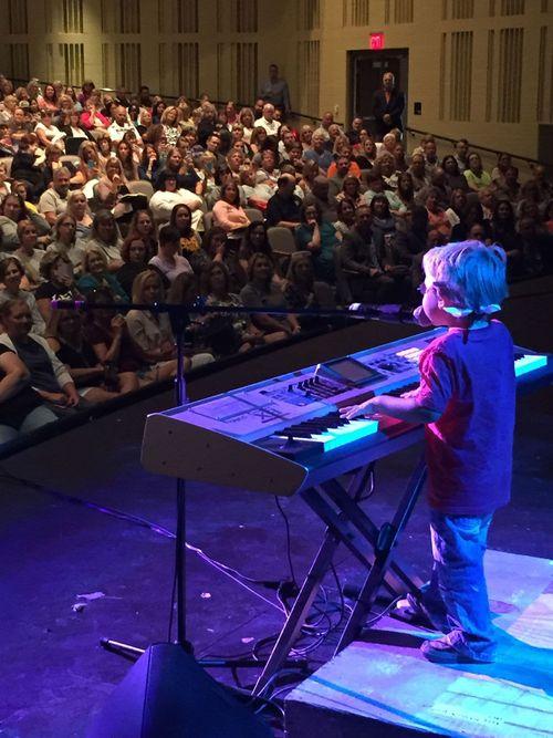 11 tháng tuổi, cậu bé mù đã biết tự đánh piano, 6 tuổi trình diễn trước công chúng - Ảnh 2