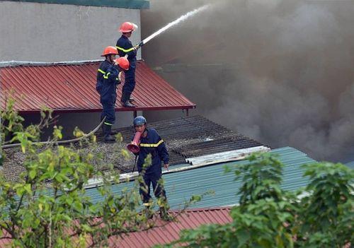 Cháy lớn tại Tân Mai, hàng trăm công nhân lâm cảnh màn trời chiếu đất - Ảnh 3