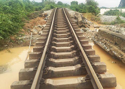 Đường sắt Bắc - Nam tiếp tục phong tỏa sửa chữa vì mưa lũ miền Trung - Ảnh 1