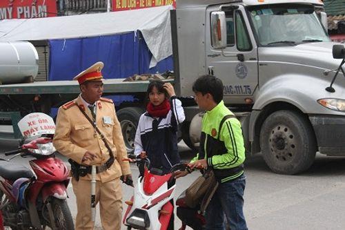 CSGT ra quân xử phạt,  người vi phạm hoảng hốt tháo chạy - Ảnh 1
