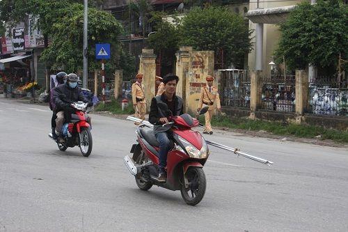 CSGT ra quân xử phạt,  người vi phạm hoảng hốt tháo chạy - Ảnh 3