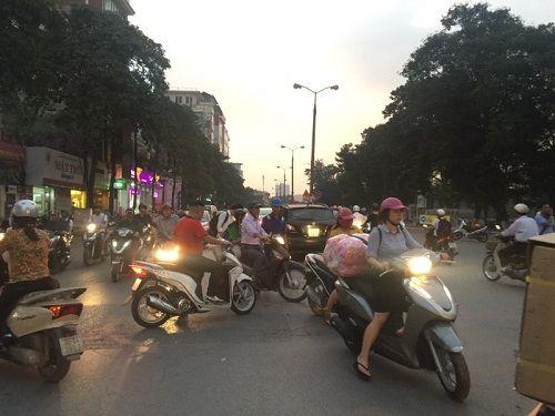 Chuẩn bị thi công tuyến Metro, đường Kim Mã hỗn loạn - Ảnh 4