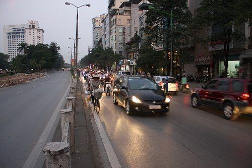 Chuẩn bị thi công tuyến Metro, đường Kim Mã hỗn loạn - Ảnh 1