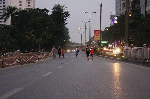 Chuẩn bị thi công tuyến Metro, đường Kim Mã hỗn loạn - Ảnh 2
