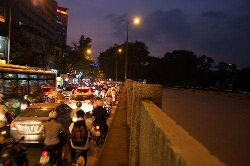 Chuẩn bị thi công tuyến Metro, đường Kim Mã hỗn loạn - Ảnh 8