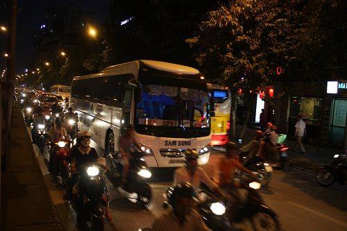 Chuẩn bị thi công tuyến Metro, đường Kim Mã hỗn loạn - Ảnh 9