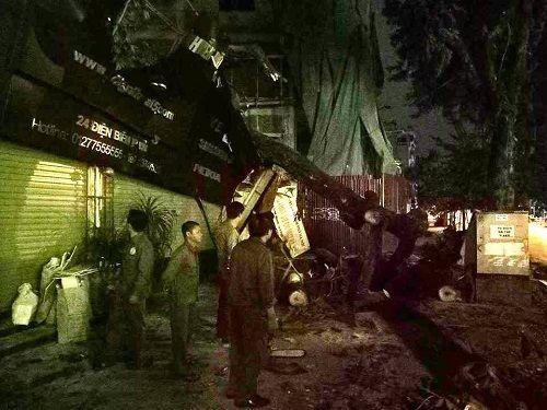 Hà Nội: Gió lớn kéo đổ cây xanh đè sập mái nhà dân - Ảnh 3