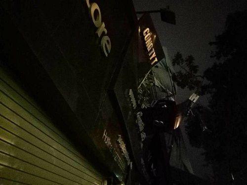Hà Nội: Gió lớn kéo đổ cây xanh đè sập mái nhà dân - Ảnh 6
