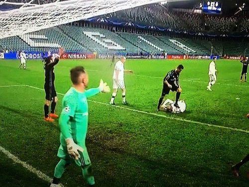 C.Ronaldo bị tố cáo giẫm lên người cầu thủ Legia Warsaw - Ảnh 1