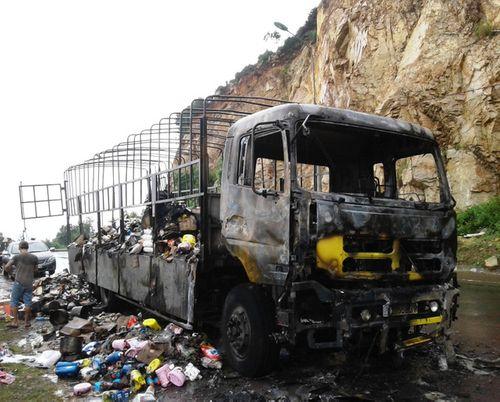 """Không khởi tố những người """"hôi của"""" xe chở hàng bị cháy - Ảnh 2"""