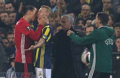 Ibrahimovic bóp cổ cầu thủ Fenerbahce, đối mặt án phạt nặng - Ảnh 1