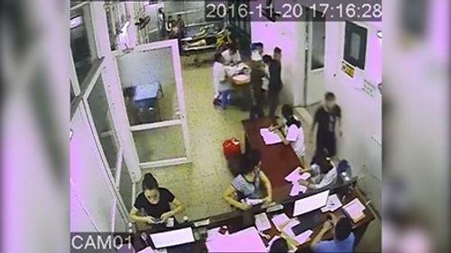 Côn đồ hành hung, đe dọa nhân viên y tế trong phòng cấp cứu - Ảnh 1