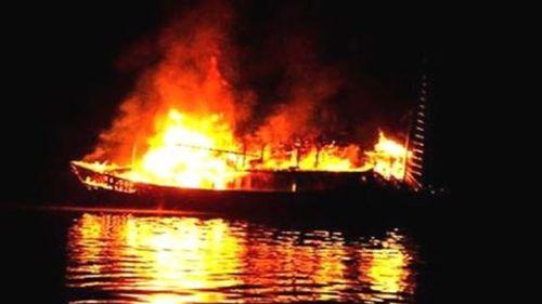 Tàu chở 16 người và hơn 4.600 tấn ngô bất ngờ bốc cháy ở Vũng Tàu - Ảnh 1