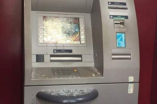 """""""Ngáo đá"""", 8X mang gậy sắt đập phá máy ATM - Ảnh 1"""