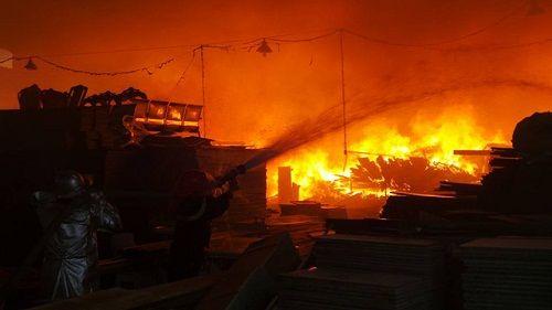 Hà Nội: Cháy lớn, khói đen bủa vây ở khu công nghiệp Ngọc Hồi - Ảnh 3
