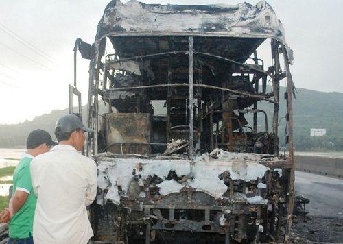 Cháy xe ôtô giường nằm, hành khách hoảng loạn thoát thân  - Ảnh 1