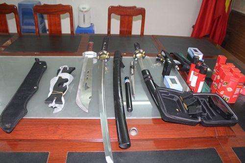 """Hàng loạt vũ khí """"nóng"""" được giấu trong phòng trọ của nam sinh viên - Ảnh 1"""