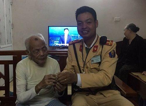 Hà Nội: Cụ ông 90 tuổi đi lạc được CSGT đưa về nhà - Ảnh 1