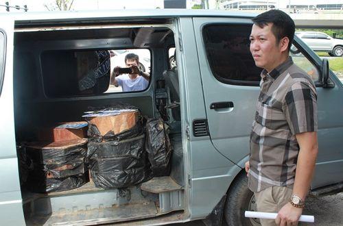 CSGT Hà Nội phát hiện xe biển xanh chở 2 loại gỗ cấm - Ảnh 1