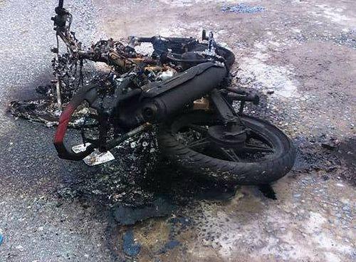 Trộm chó bị người dân vây đánh, đốt xe - Ảnh 1