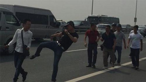 Phóng viên bị công an hành hung: Công an Hà Nội vào cuộc - Ảnh 1