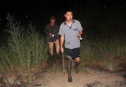 Hàng trăm người xuyên đêm truy lùng nghi phạm giết 4 bà cháu - Ảnh 6