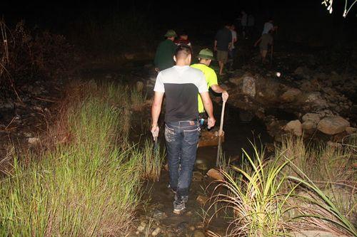 Hàng trăm người xuyên đêm truy lùng nghi phạm giết 4 bà cháu - Ảnh 7