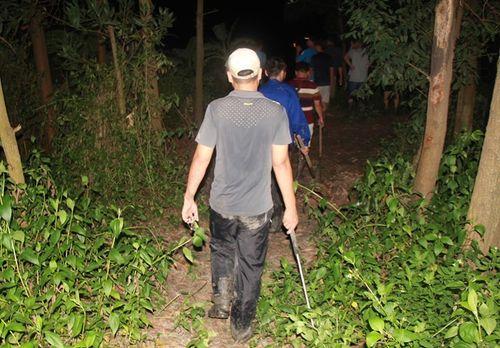 Hàng trăm người xuyên đêm truy lùng nghi phạm giết 4 bà cháu - Ảnh 9