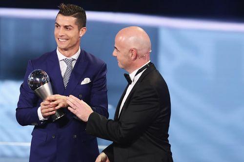 Ronaldo nói gì khi nhận giải Cầu thủ xuất sắc nhất FIFA 2016? - Ảnh 1