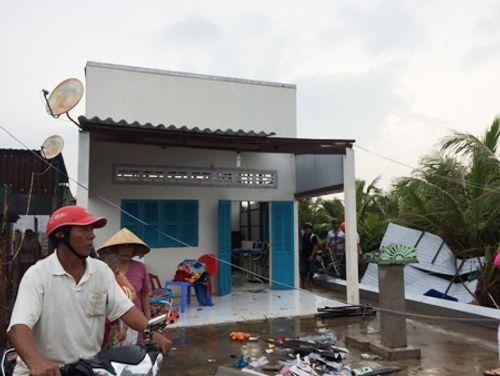 Lốc xoáy bất thường tấn công, hàng loạt nhà dân bị sập - Ảnh 1