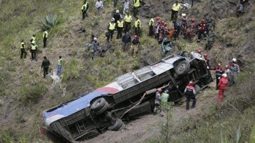 Xe buýt trường học đâm vào xe khách, ít nhất 19 người thiệt mạng - Ảnh 1