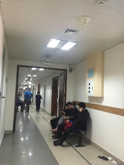 Các bệnh viện Hà Nội vắng vẻ vào ngày làm việc đầu năm - Ảnh 11