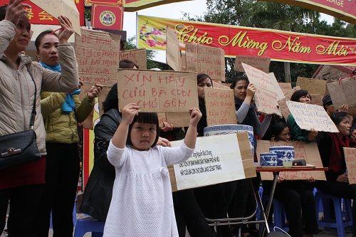 Ảnh: Hàng trăm tiểu thương chợ Gốm phản đối Hapro Bát Tràng đóng chợ - Ảnh 1