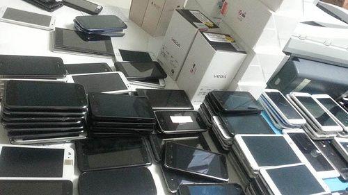 """Loạn thị trường điện thoại di động xách tay -  Bài 1: Hàng loạt """"ông lớn"""" nói không với VAT - Ảnh 1"""