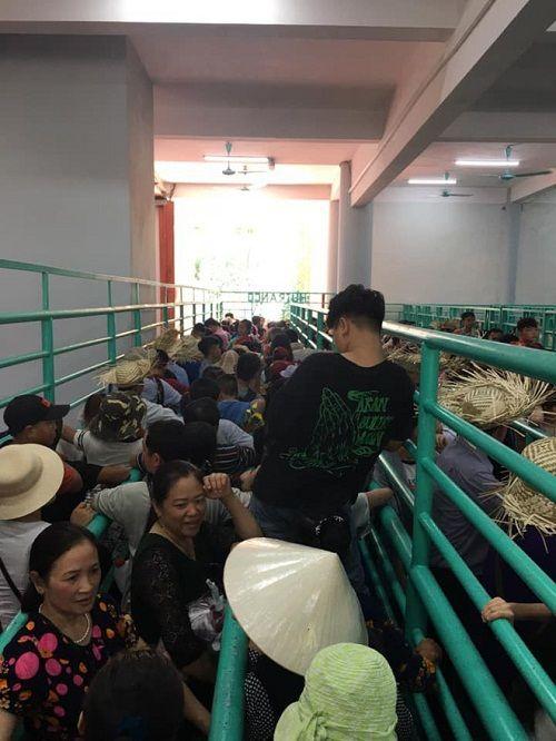 Chùa Hương: Hàng vạn người chen lấn chờ khai hội - Ảnh 3