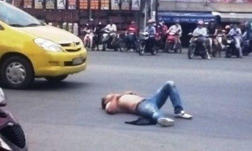 """Nam thanh niên """"ngáo đá"""" náo loạn đường phố Sài Gòn - Ảnh 1"""