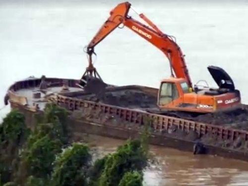 """Vụ """"tàu lạ"""" đổ chất thải xuống sông Hồng: Tạm đình chỉ 3 cảnh sát  - Ảnh 1"""