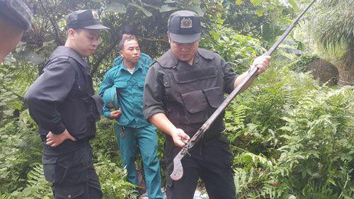 Thu súng tại nơi ẩn náu của nghi can vụ thảm án Lào Cai - Ảnh 1