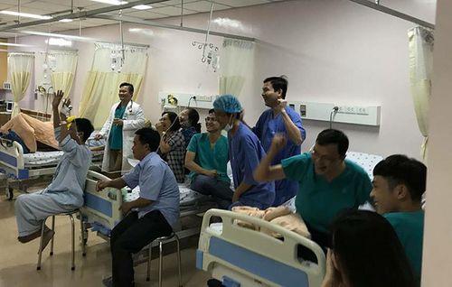 Bệnh nhân nhảy tưng bừng sau chiến thắng của U23 Việt Nam - Ảnh 1