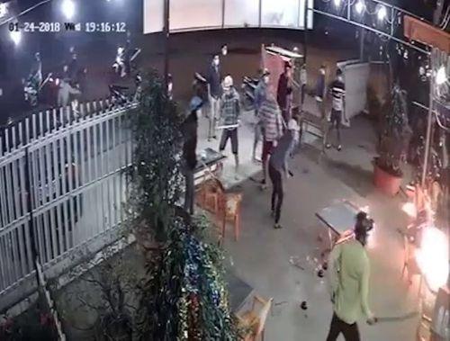 Điều tra vụ hơn 20 thanh niên cầm dao tấn công quán nhậu - Ảnh 1