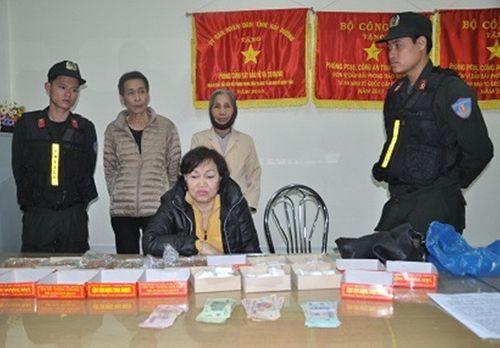Cụ bà 64 tuổi vận chuyển gần 1 kg heroin giấu trong túi đồ cúng lễ - Ảnh 1
