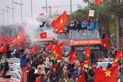 Lễ chào mừng U23 Việt Nam: Các cầu thủ lên xe bus diễu hành - Ảnh 1