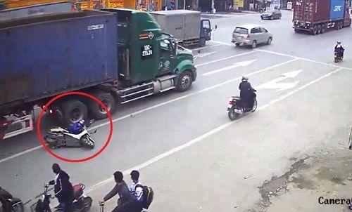 Clip: Thót tim cảnh người phụ nữ chở theo trẻ nhỏ ngã cạnh xe container - Ảnh 1