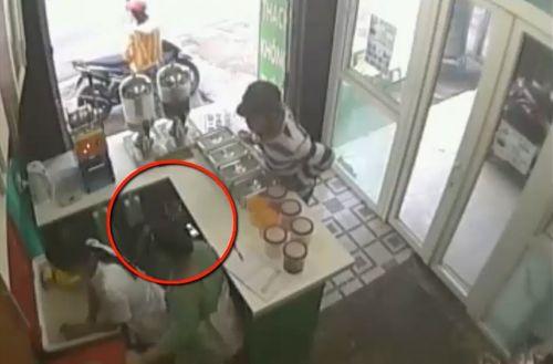 Clip: Bé trai dàn cảnh mua trà sữa, trộm Iphone 8 - Ảnh 1