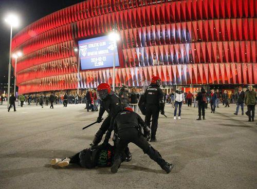 Cảnh sát thiệt mạng trong trận hỗn chiến CĐV Bilbao-Spartak Moscow - Ảnh 2