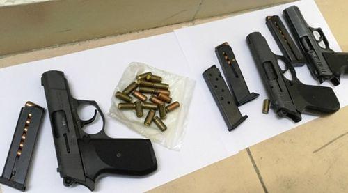 Thu giữ 3 khẩu súng trong nhà nhóm đối tượng mua bán trái phép hóa đơn GTGT - Ảnh 1