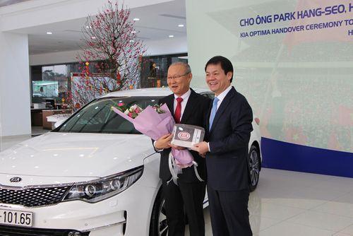 HLV Park Hang Seo về nước trên ô tô được tặng - Ảnh 1