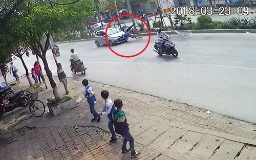 Hà Nội: Taxi tông hai ông cháu đi xe đạp văng xuống đường - Ảnh 1